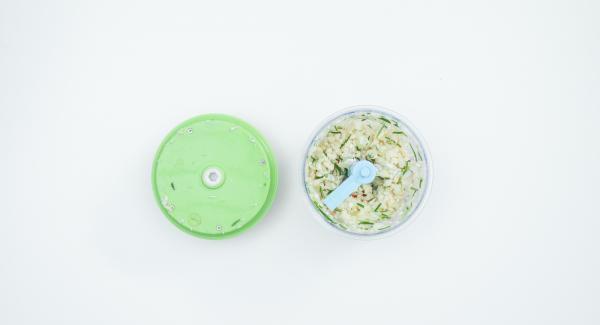 Pelar la cebolla y el ajo, quitar las semillas de la guindilla. Limpiar los champiñones con un cepillo o un paño. Picar junto con las agujas de romero en el Quick Cut.