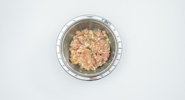 Mezclar bien la carne de pollo, yema de huevo, pan rallado, 1/2 cucharadita de sal y pimienta.