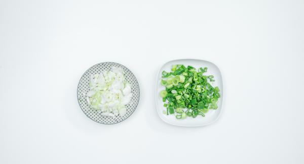 Limpiar las cebolletas, cortar las partes verdes y blancas por separado. Lavar las patatas.