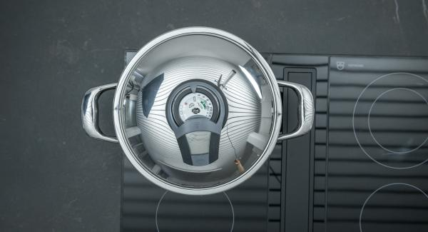 """Introducir los dados de cebolla blanca en la olla y colocarla en el fuego a temperatura máxima. Encender el Avisador (Audiotherm), colocarlo en el pomo (Visiotherm) y girar hasta que se muestre el símbolo de """"chuleta""""."""