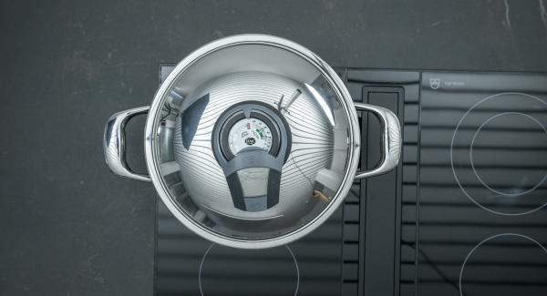 """Cuando el Avisador (Audiotherm) emita un pitido al llegar a la ventana de """"chuleta"""", bajar la temperatura remover la cebolla e incluir los rollos de repollo."""