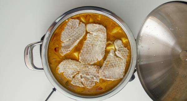 Cuando el Avisador (Audiotherm) emita un pitido al finalizar el tiempo de cocción, destapar, remover, añadir los lomos de bonito (si se desea, en dados). Añadir sal y tapar.