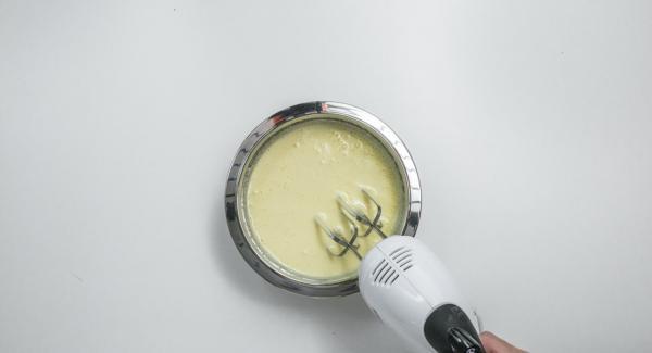 Batir los huevos con azúcar y azúcar de vainilla durante unos 3-5 minutos con una batidora hasta que la mezcla esté ligeramente amarilla. Añadir la harina y el aceite por encima y mezclar con cuidado.