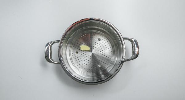 Con ayuda de una tapa de 20 cm cortar un círculo de papel de hornear. Engrasar el Accesorio Super-Vapor con mantequilla y colocar el papel dentro. Verter la masa.