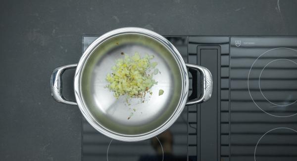 """Cuando el Avisador (Audiotherm) emita un pitido al llegar a la ventana de """"chuleta"""", bajar la temperatura y freir la mezcla de jenjibre y cebolla removiendo. Añadir las verduras y freír sin dejar de remover."""