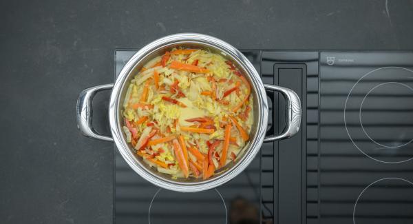 Sazonar al gusto con curry, sal, pimienta y jugo de limón. Servir espolvoreado con anacardos.