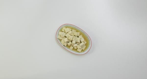 Cortar el tofu en dados de 1,5 cm y marinarlo en caldo durante al menos una hora.