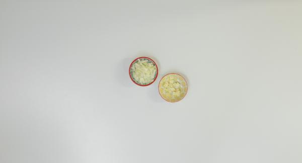 Pelar y cortar la cebolla y el ajo en dados pequeños.