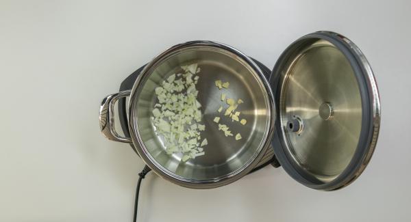 """Poner la mezcla de cebolla en la olla. Tapar con la Tapa Súper-Vapor (EasyQuick). Colocar la olla en el Navigenio a temperatura máxima (nivel 6). Encender el Avisador (Audiotherm), colocarlo en el pomo (Visiotherm) y girar hasta que se muestre el símbolo de """"chuleta""""."""