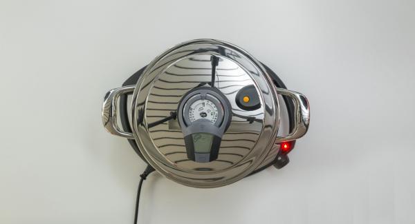 """Cuando el Avisador (Audiotherm) emita un pitido al llegar a la ventana de """"chuleta"""", bajar temperatura de Navigenio (nivel 2) y freír la mezcla de cebolla."""