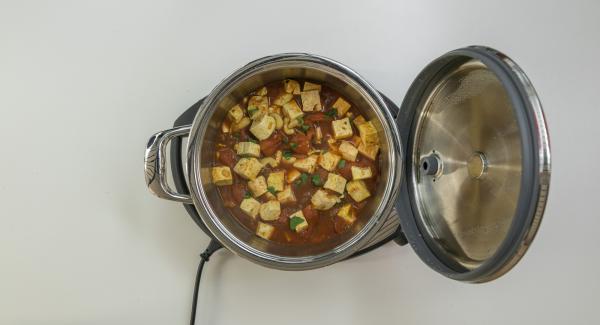 Al finalizar el tiempo de cocción, retirar la Tapa Súper-Vapor (EasyQuick), sazonar a gusto con sal y pimienta.