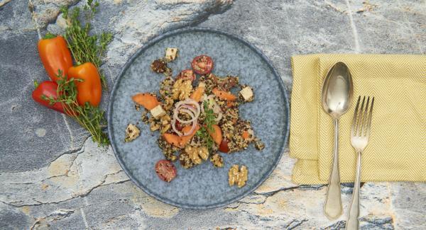 Al finalizar el tiempo de cocción, colocar la olla con la Tapa Rápida (Secuquick Softline) en una superficie resistente al calor y dejar despresurizar. Dejar enfría un poco la quinoa y añadir al resto de la ensalada.