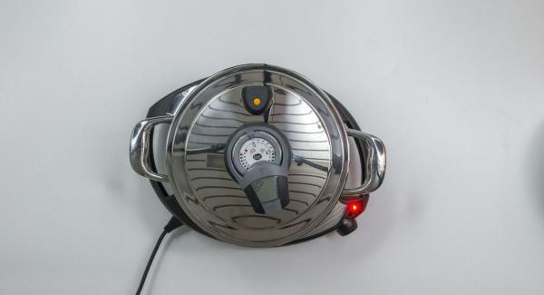 """Colocar la cebolla en la olla y tapar con la Tapa Súper-Vapor (EasyQuick) con el aro de sellado correspondiente. Colocar la olla en el Navigenio a temperatura máxima (nivel 6). Encender el Avisador (Audiotherm), colocarlo en el pomo (Visiotherm) y girar hasta que se muestre el símbolo de """"chuleta""""."""