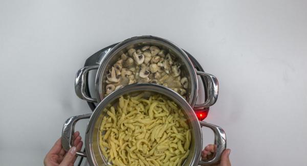 Introducir la pasta en el Accesorio Súper-Vapor, colocar sobre la olla y tapar con la Tapa Súper-Vapor (EasyQuick) con el aro correspondiente.