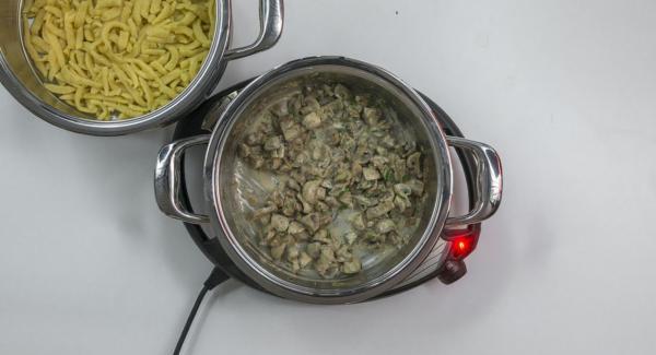 Cuando el Avisador (Audiotherm) emita un pitido al finalizar el tiempo de cocción, retirar el Accesorio Súper-Vapor. Mezclar la crema fresca con la salsa, suavizar con azúcar y perejil picado. Servir con la salsa de champiñones.
