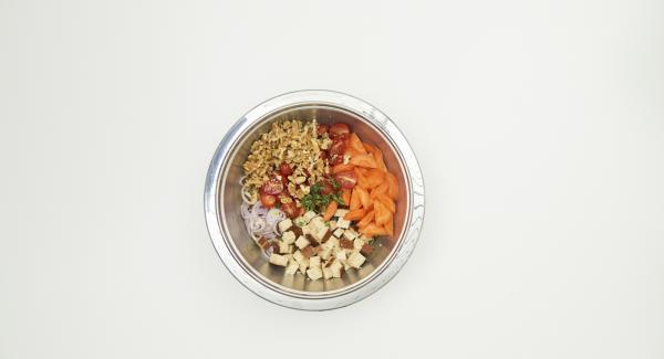 En un bol crear un aliño mezclando el vinagre, el aceite y 200 ml de caldo vegetal. Sazonar con sal y pimienta. Añadir las hojas de tomillo lavadas. Mezclar con la mezcla de ingredientes.