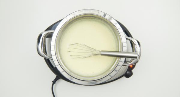 En un bol combi, mezclar bien las yemas de huevo con el azúcar glas. Añadir la leche caliente removiendo hasta que esté bien mezclada. Introducir el bol en la olla al baño Maria sin dejar de remover hasta que se forma una espuma espesa y cremosa.