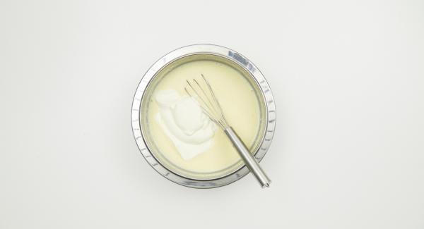 Escurrir bien la gelatina, disolver en la nata y dejar enfriar. Batir la nata hasta que esté dura e incorporarla a la mezcla en cuanto la nata empiece a solidificarse.