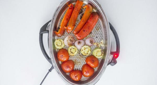 """Tapar. Cuando el Avisador (Audiotherm) emita un pitido al llegar a la ventana de """"chuleta"""", girar las verduras y volver a tapar. Seleccionar seleccionar la función (A) en el Navigenio. Introducir 3 minutos de tiempo de cocción en el Avisador (Audiotherm) y girar hasta que aparezca el símbolo de """"zanahoria""""."""