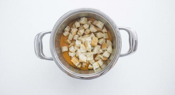 Triturar las verduras asadas con la batidora. Añadir el pan y triturar todo durante 1 minuto. Añadir el resto de los ingredientes in batir hasta mezclarlos bien. Añadir un poco de agua si la textura es demasiado espesa, sazonar con sal  y pimienta y dejar enfriar durante unos 2 horas en el refrigerador.