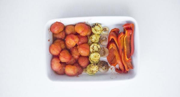 Cuando el Avisador (Audiotherm) emita un pitido al finalizar el tiempo de cocción, retirar las verduras, pelar los tomates y dejar enfríar. Asar las verduras restantes de la misma forma.