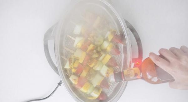 Al finalizar el tiempo de cocción, destapar regar con el brandy y flambear.