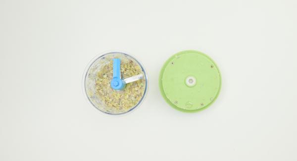 Pelar los chalotas, el diente de ajo y el jengibre, picarlos finamente en un Quick Cut y ponerlos en una olla con vino blanco.