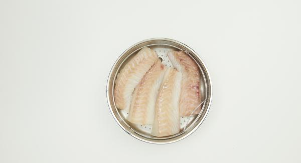 Colocar los filetes de pescado en la Softiera, introducir en la olla y tapar con la Tapa Súper-Vapor (EasyQuick) con un aro de sellado de 24 cm.