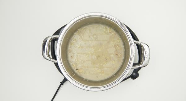 Cuando el Avisador (Audiotherm) emita un pitido al finalizar el tiempo de cocción, retirar la Softiera e incorporar el pan rallado al caldo que hay en la olla.