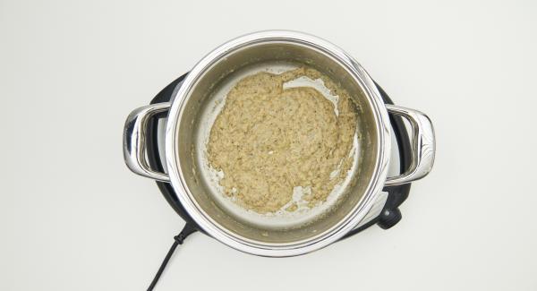 Sazonar con sal, pimienta y hierbas, añadir 2/3 de la mantequilla y llevar a ebullición.