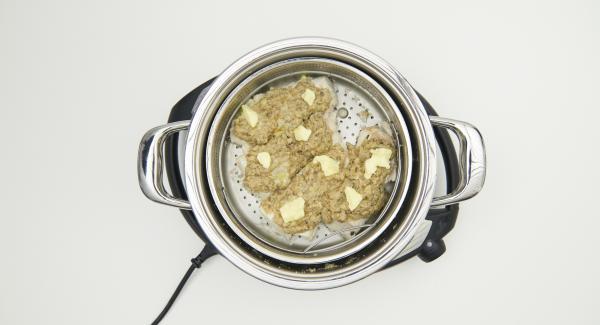Esparcir la mezcla sobre los filetes de pescado y agregar el resto de la mantequilla. Colocar la olla en la tapa invertida.