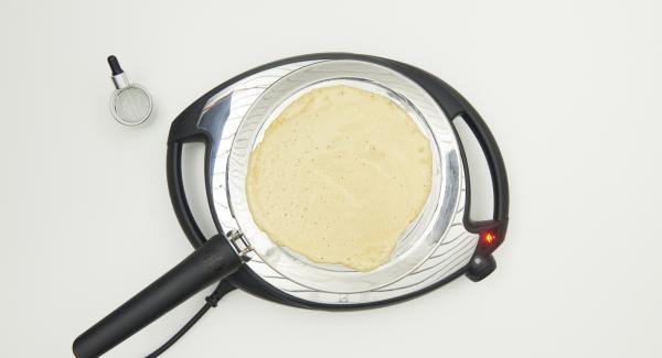 Poner un poco de masa en la oPan distribuir bien por toda la superficie y freír hasta que la masa esté firme.
