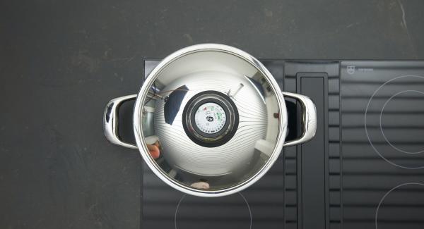 Poner los bollitos de levadura en la olla y tapar. Cocinar unos 25 minutos a fuego lento.
