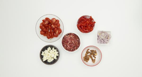 Pelar las chalotas, limpiar los pimientos y los tomates. Cortar las chalotas y los pimientos en aros finos. Cortar los tomates por la mitad. Cortar el jamón en tiras. Limpiar, cortar a la mitad y cortar los higos en rodajas. Cortar el feta en dados.