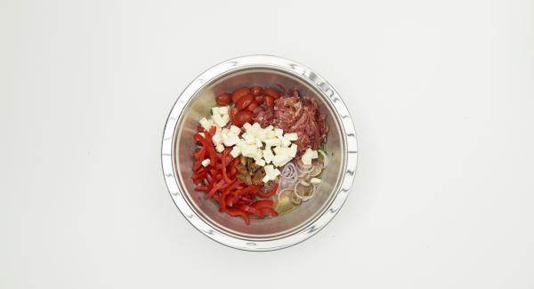 En un bol, mezclar el vinagre, el aceite y 200 ml de caldo vegetal en un aderezo y sazonar con sal y pimienta. Lavar el tomillo, y añadir al aderezo.