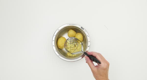 Despresurizar la Tapa Rápida (Secuquick Softline) pulsando el botón amarillo y retirar. Dejar que las patatas se enfríen un poco, pelarlas y triturarlas.