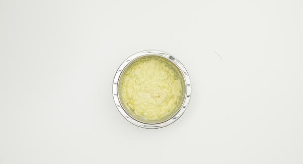 Recortar las tostadas, remojar en agua fría, exprimir suavemente y añadir a las patatas. Pelar el ajo, cortarlo en dados finos y agregarlo, mezclar todo bien.