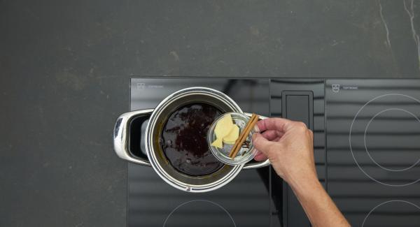Añadir el zumo de limón, el jengibre y las especias y cocinar a fuego lento hasta que el caramelo se haya disuelto, retirar las especias.