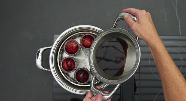 Verter la fruta en tarros bien limpios. Rellenar un tercio de los tarros con el vino caliente.
