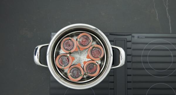 Cerrar los tarros con los anillos y tapas de goma limpios y fijarlas con clips metálicos adecuados.