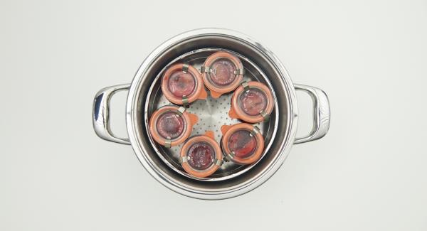 Al finalizar el tiempo de cocción, colocar la olla con la Tapa Rápida (Secuquick Softline) en una tapa invertida y dejar despresurizar. Dejar enfríar un poco los tarros, sacarlas y dejar enfríar completamente.