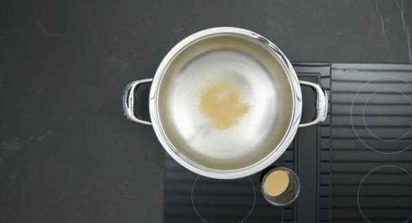 Poner un poco de azúcar en la olla y colocarla en el fuego a temperatura máxima. Una vez que el azúcar comience a derretirse, bajar la temperatura. Añadir poco a poco el azúcar restante y caramelizar todo ligeramente.