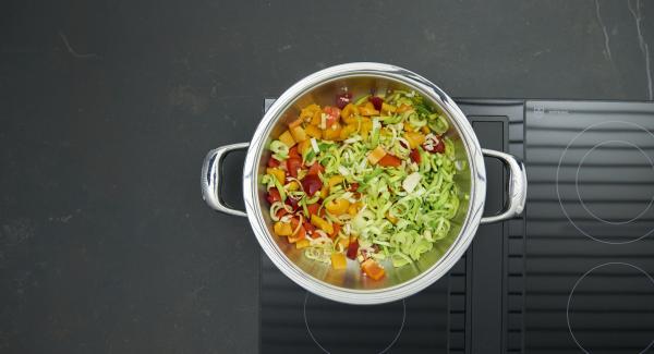 """Añadir las verduras. Ajustar el fuego a temperatura máxima. Encender el Avisador (Audiotherm) e introducir 8 minutos de tiempo de cocción. Colocarlo en el pomo (Visiotherm) y girar hasta que aparezca el símbolo de """"zanahoria"""". Cuando el Avisador (Audiotherm) emita un pitido al llegar a la ventana """"zanahoria"""", bajar temperatura y cocinar hasta el final."""