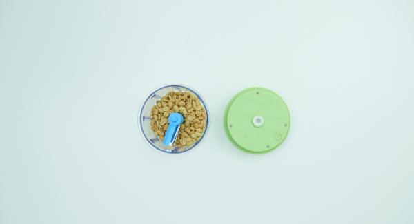 Mientras tanto, cocinar la pasta según las instrucciones del paquete y escúrrala. Picar finamente los cacahuetes en el Quick Cut. Cortar las hojas de cilandro en trozos pequeños.