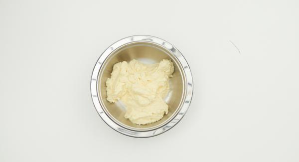 Descongelar el filete de pescado, cortarlo en dados gruesos y hacer un puré junto con la nata líquida y la yema de huevo. Sazonar con sal, pimienta y jugo de limón.