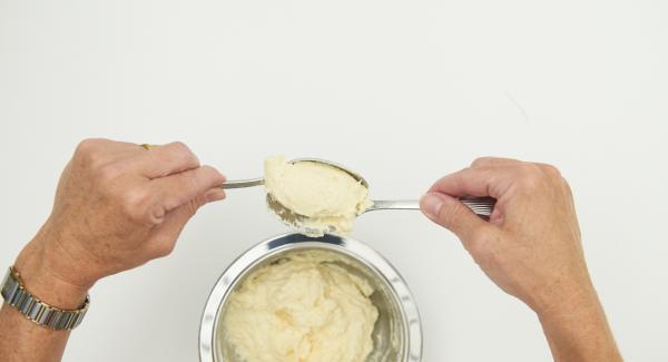 Con ayuda de 2 cucharas, formar croquetas con la masa. Y colocarlas en el Accesorio Súper-Vapor.