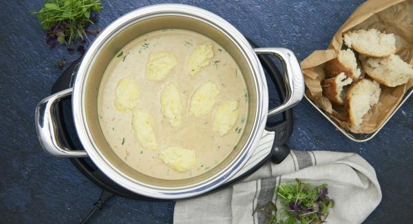 Añadir la nata líquida y, si se desea, espesar ligeramente la salsa con un poco de maizena. Picar las hojas de estragón, y añadirlas a la salsa. Sazonar al gusto con sal y pimienta y añadir albóndigas de pescado a la salsa.