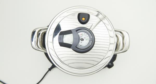 """Colocar el Accesorio Súper-Vapor con las albóndigas, sobre la olla y volver a tapar. Colocar la olla en el Navigenio y seleccionar la función (A). Introducir 8 minutos de tiempo de cocción en el Avisador (Audiotherm) y girar hasta que aparezca el símbolo de """"vapor""""."""