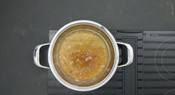 """Cuando el Avisador (Audiotherm) emita un pitido al llegar a la ventana de """"chuleta"""", bajar la temperatura y freír las chalotas. Desglasar con caldo de pescado o de verdura."""