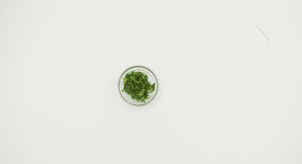 Picar finamente las hojas de estragón. Espolvorear cobre el pescado. Sazonar al gusto.